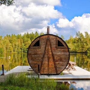 Förboka en vedeldad bastu på flotte mitt i sjö i Småland